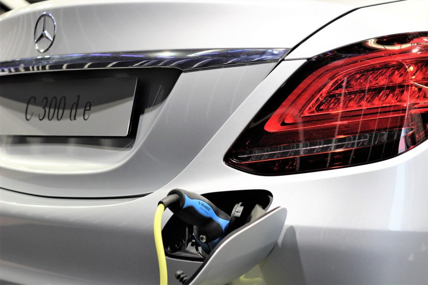 Mercedes Benz C-300 hibrido carregando bateria