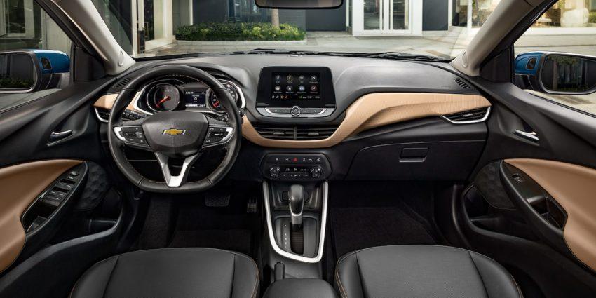 Painel, bancos e volante do Chevrolet Onix Plus Premier em couro bege