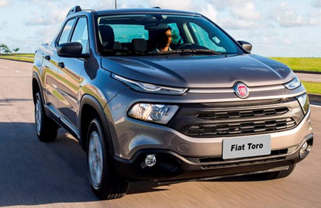 Fiat Toro vista de frente em uma estrada