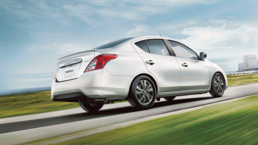 Nissan Versa Prata em uma rodovia