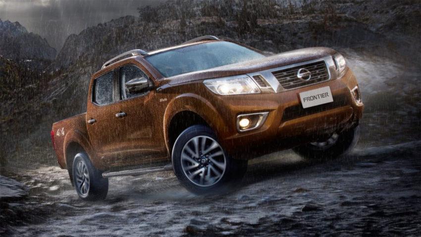 Nissan Frontier 2020 Bege na chuva em caminho offroad
