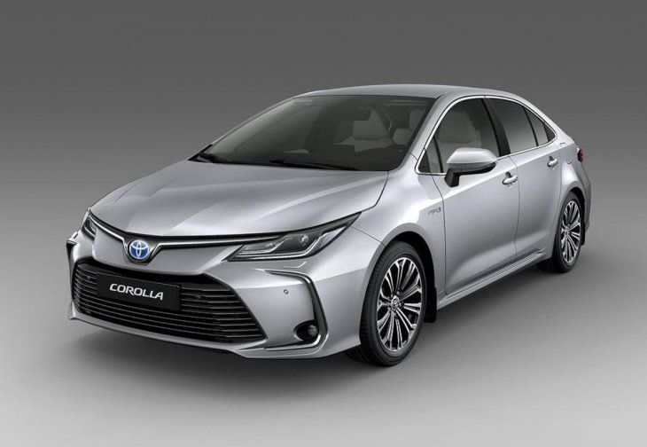 Toyota Corolla prata visto de frente