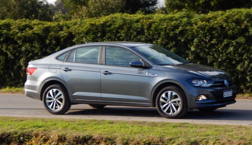 Volkswagen Virtus Highline cinza visto de lado
