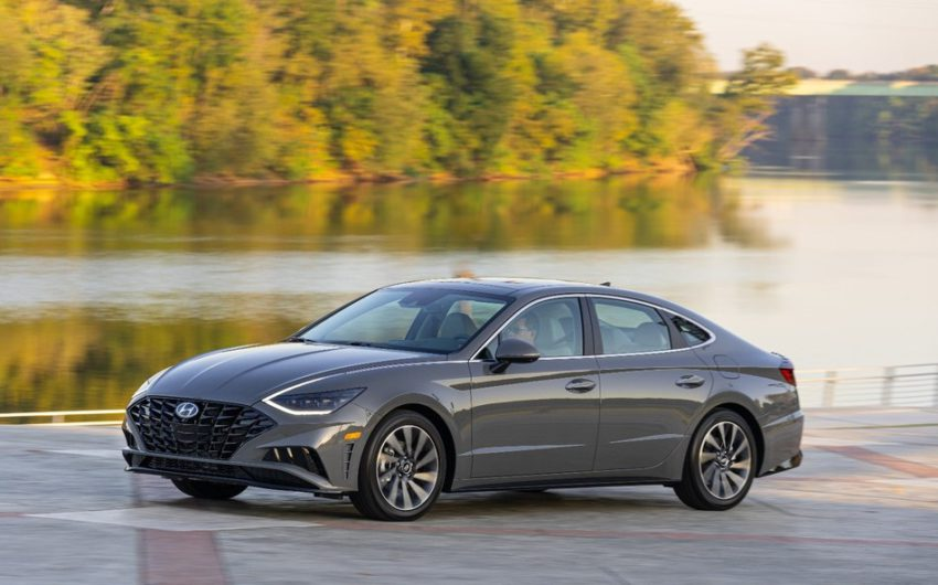 Hyundai 2020 Sonata cinza visto de lado