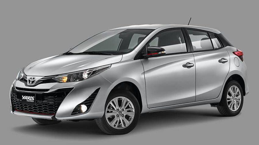 Toyota Yaris 2020 prata visto desde a dianteira