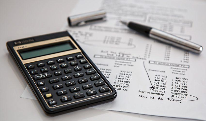 Calculadora e papéis com contas