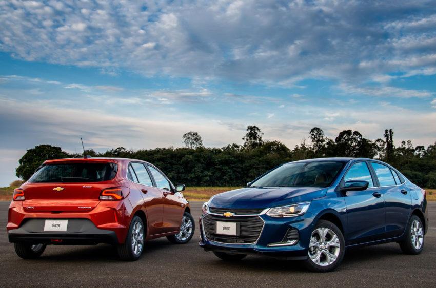 Chevrolet Onix Premier vermelho e Chevrolet Onix Plus Premier