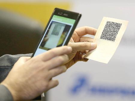 CNH digital sendo escaneada da versão em papel
