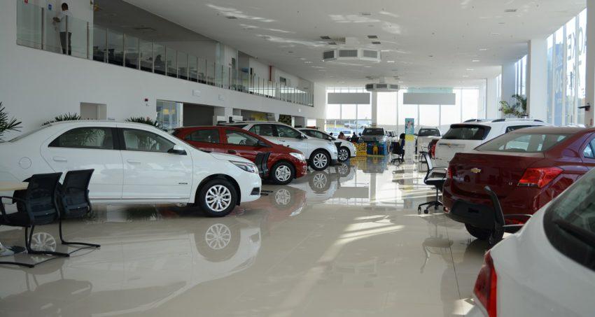 Concessionária Chevrolet carros novos expostos