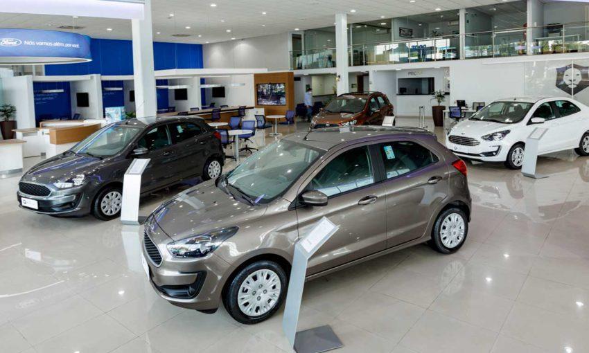 Concessionária Ford carros novos expostos