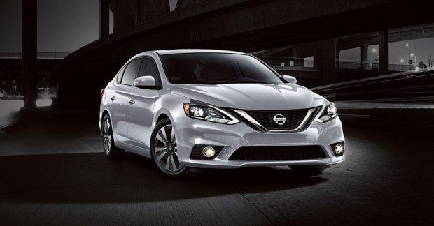 Nissan Sentra prata visto de frente