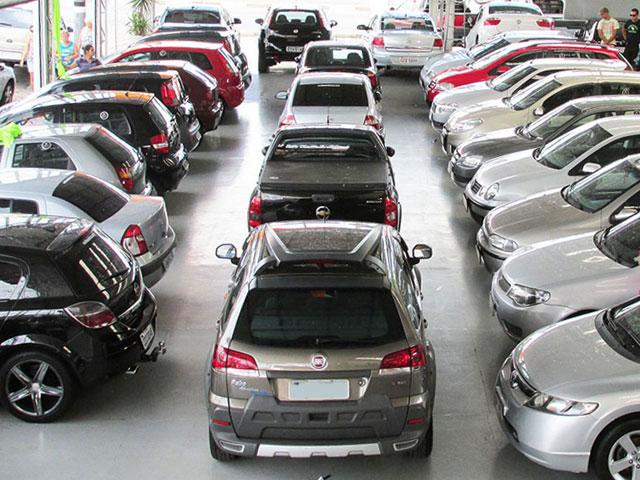 Patio com carros usados