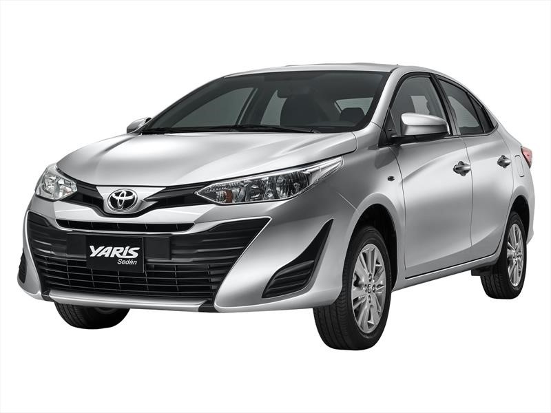 Toyota Yaris Sedan prata visto desde a dianteira