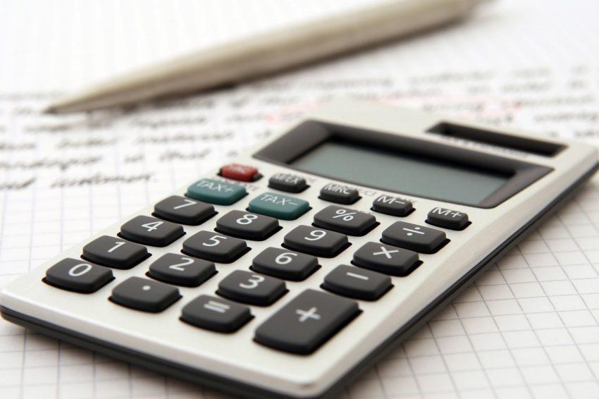 calculadora e caneta na mao}