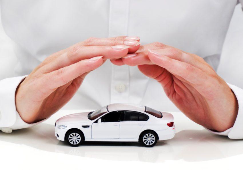 Mãos protegendo carro